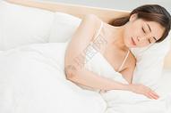 年轻女性床上睡觉图片