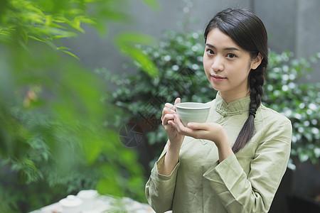 手捧茶杯的美女图片