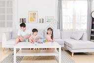 家庭生活陪伴孩子玩耍图片