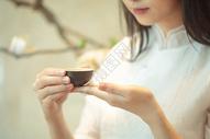手持茶杯喝茶图片