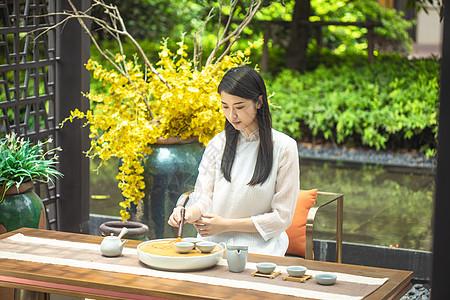 美女使用茶刷清洁茶具图片