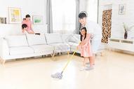 一家人一起大扫除图片
