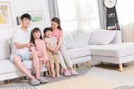 一家人在客厅看电视图片