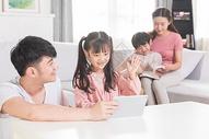 儿童使用平板学习图片