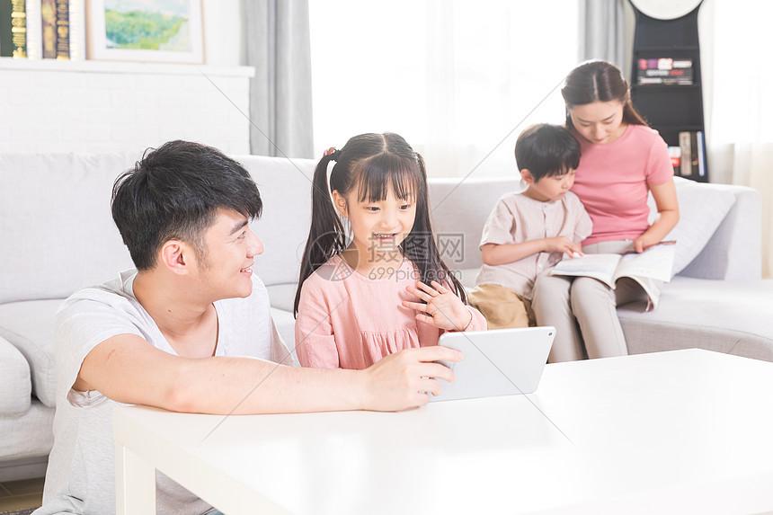 儿童使用平板电脑图片