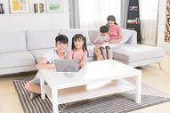 一家人客厅看电脑图片