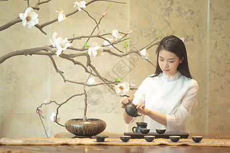 沏茶的茶艺美女图片