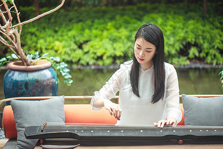 弹古琴的美女图片