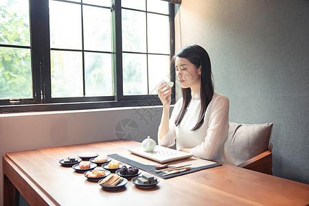 窗边品茶的女生图片