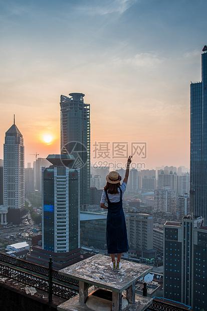 在天台看日落的女孩儿图片