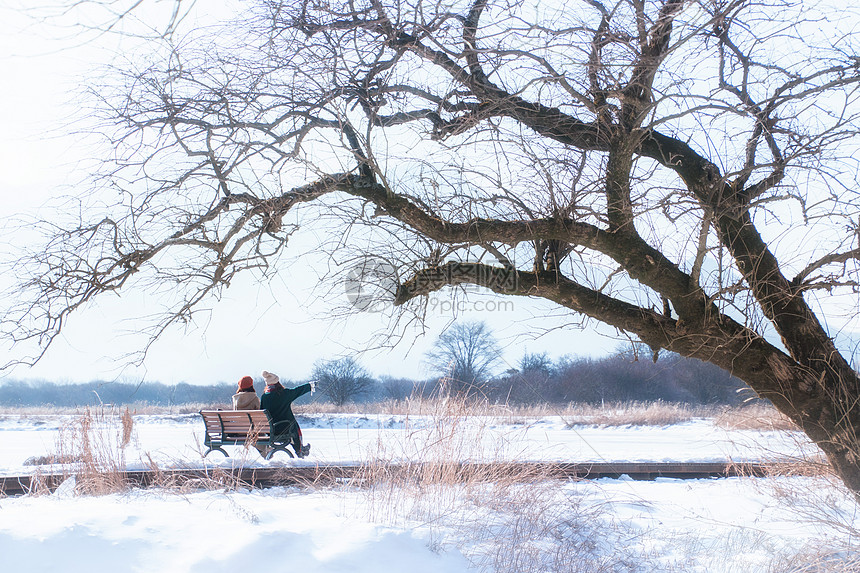 欣赏雪景的两姐妹图片