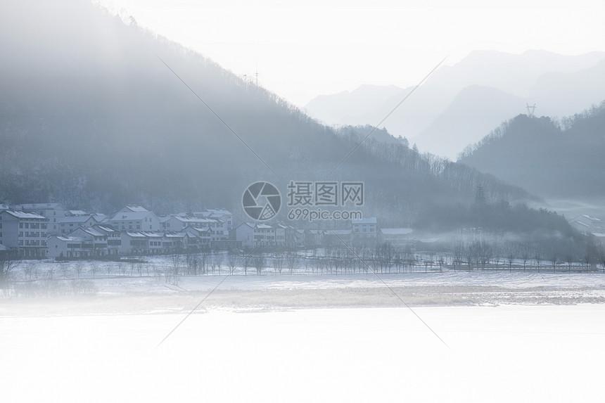冬季的冰雪覆盖的小乡村图片