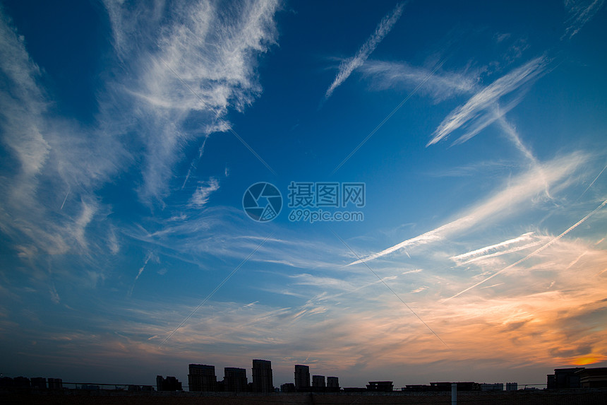 初夏晴朗的傍晚天空图片