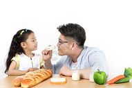 爸爸和女儿吃早餐图片