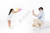 女儿和爸爸一起玩水枪图片