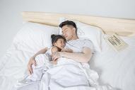爸爸陪女儿睡觉图片