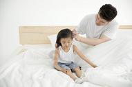 早上爸爸给女儿梳头发图片