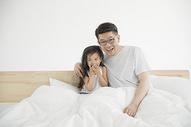 女儿和爸爸一起看电视图片