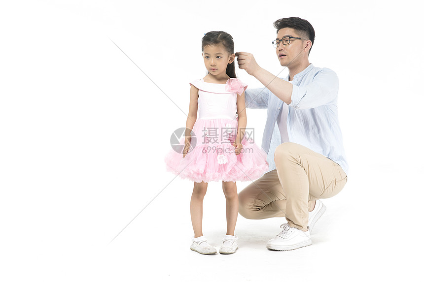 爸爸给女儿梳头发图片