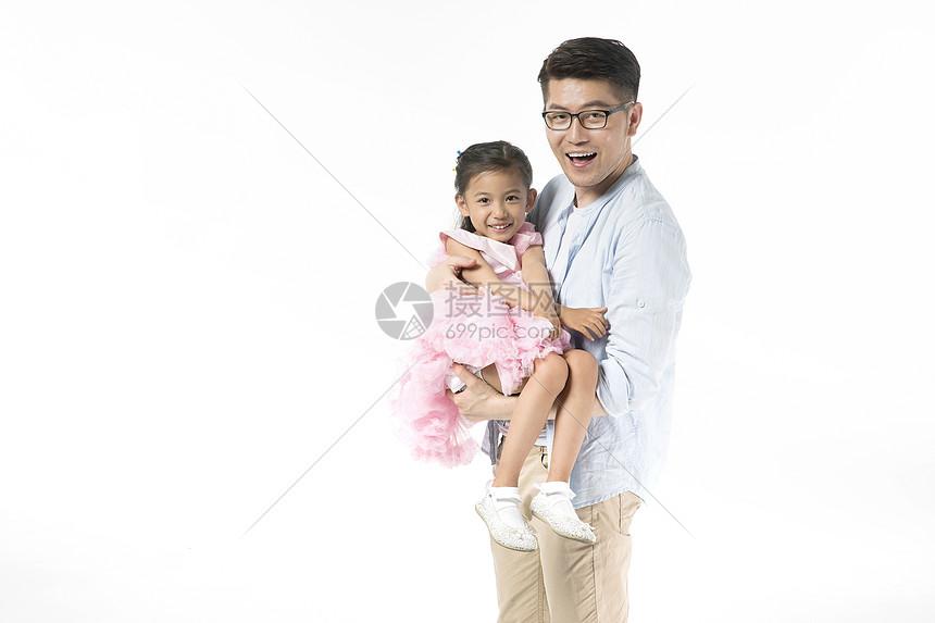 爸爸抱着女儿图片