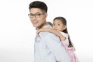 爸爸背着女儿500963672图片