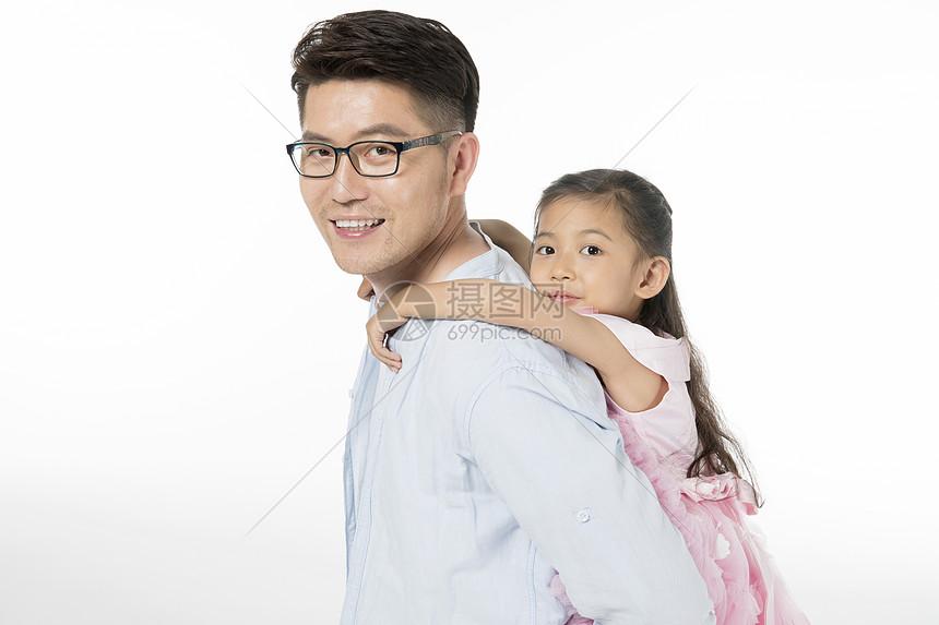 爸爸背着女儿图片