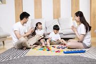 一家人在客厅玩耍图片