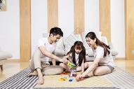 一家人在客厅玩耍500963736图片