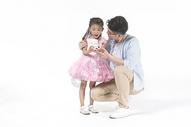爸爸女儿一起拍照500963741图片