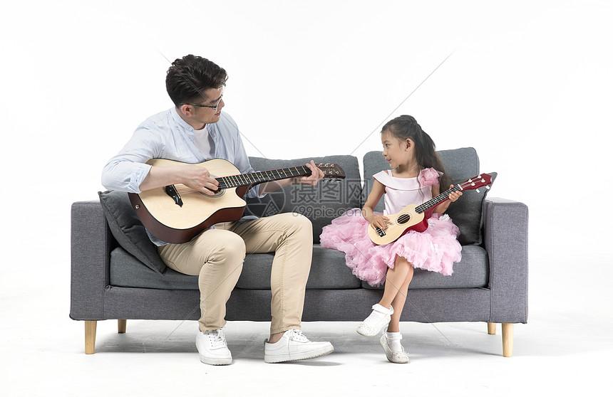 爸爸和女儿一起弹吉他图片