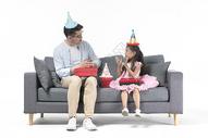 爸爸和女儿一起过生日图片