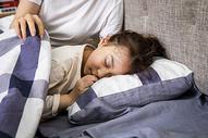 睡着的小女孩图片