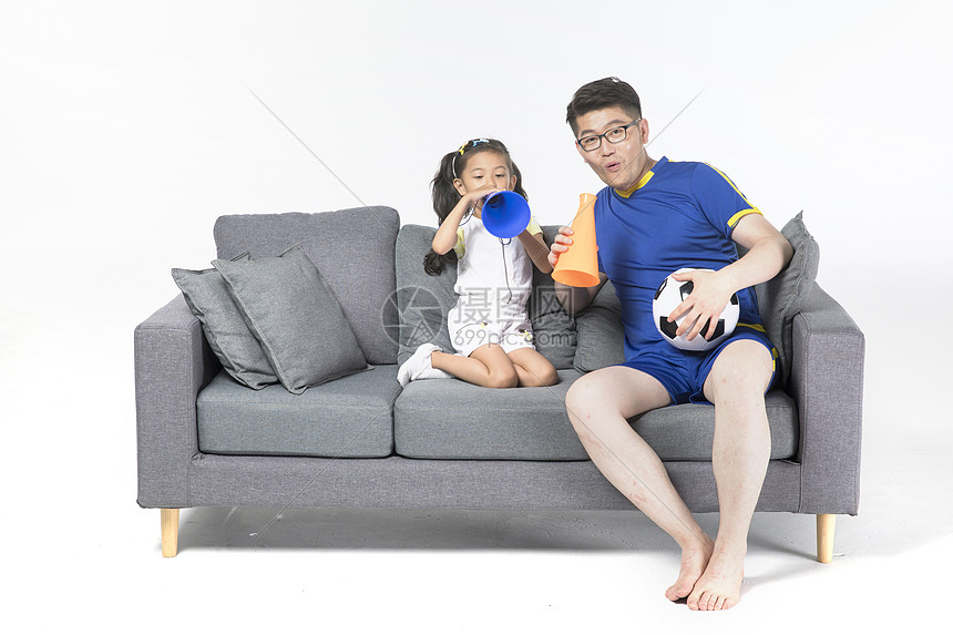 爸爸和女儿一起看球图片