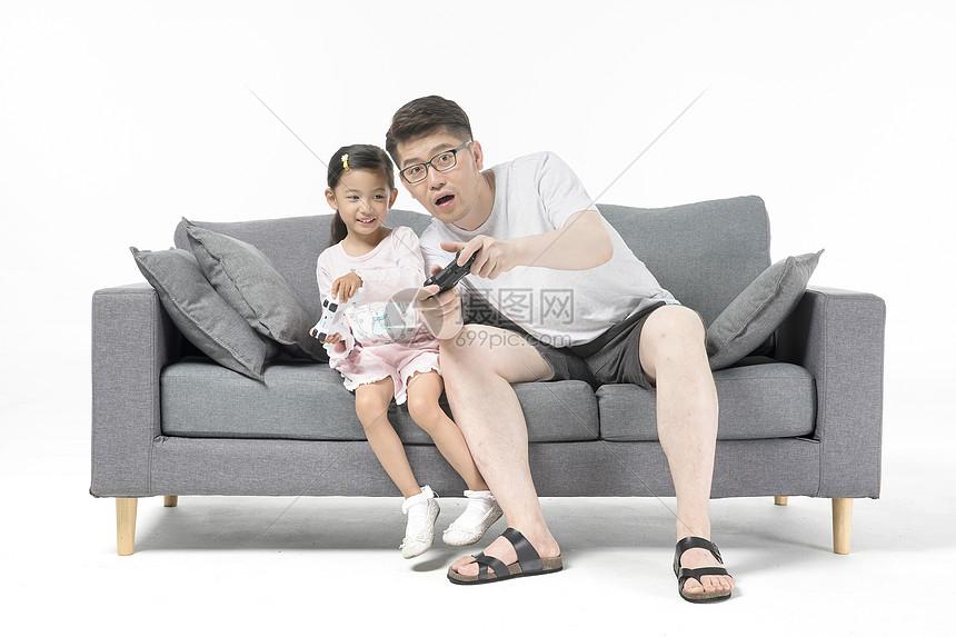 爸爸和女儿一起打游戏机图片