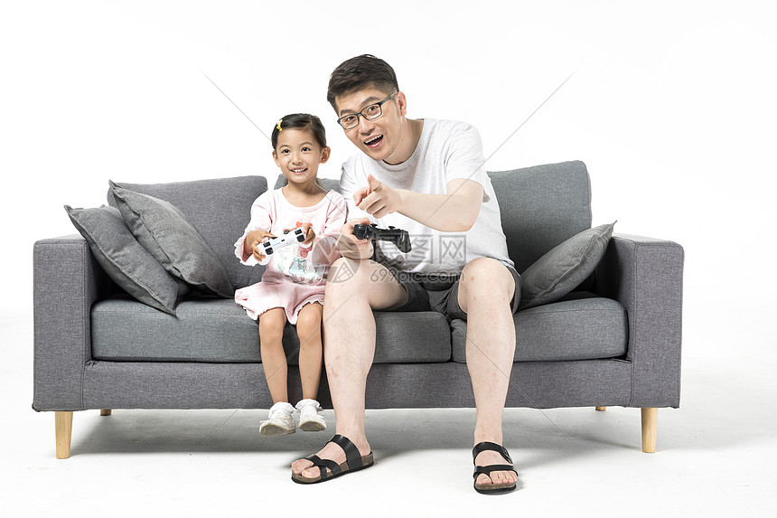 爸爸和女儿一起打游戏图片
