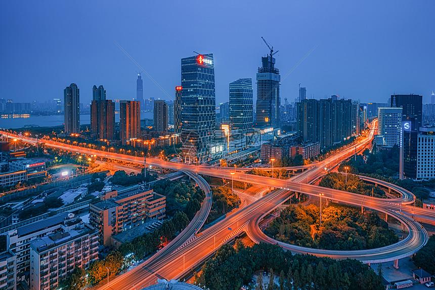 灯光璀璨的武汉解放大道城市夜景图片