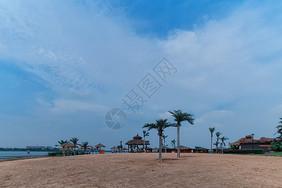 江西庐山西海的碧水蓝天和沙滩图片