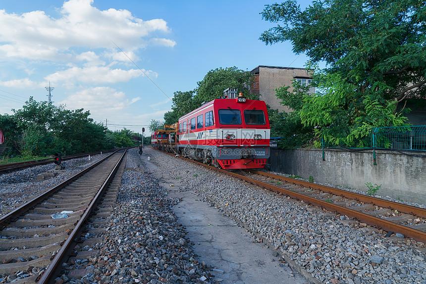 蓝天白云下的武汉铁轨和进站的火车图片
