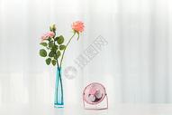 桌子上的风扇与花束图片