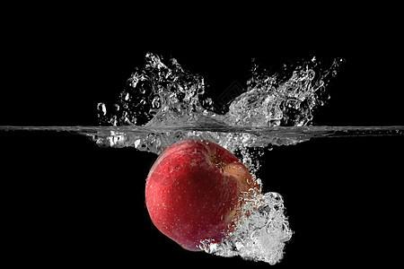 掉落水中的苹果图片