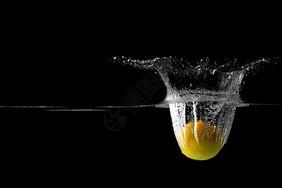 柠檬在水中溅起的水花图片