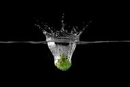 掉入水中的西兰花图片