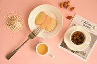 一份丰盛的水果燕麦早餐图片