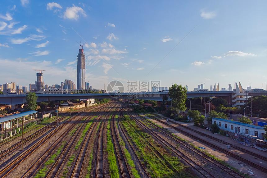 蓝天白云下的武汉铁路和地标建筑图片