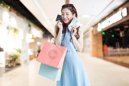 信用卡购物开心的人图片