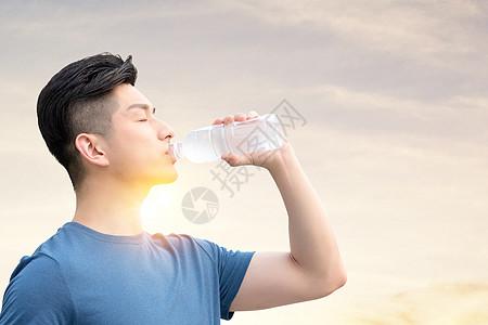 喝水的男性图片