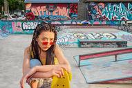 玩滑板的男青年图片