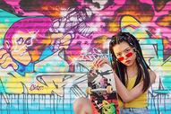 玩滑板的女青年图片