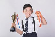 男孩子获得奖杯奖牌500965394图片