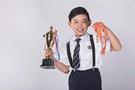 男孩子获得奖杯奖牌500965395图片